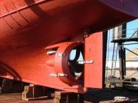 Une tuyère marine conventionnelle montée à l'arrière d'un remorqueur.